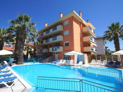 Appartamento climatizzato sei posti letto con due camere, doppi servizi e piscina - Azzurra