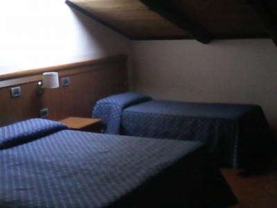 camera tripla con bagno privato, wiless tv e aria condizionata, prima colazione a pochi passi dalla stazione