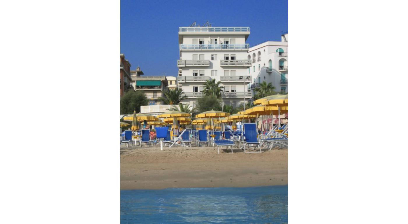 844 :: Trilocale ristrutturato in prima fila mare per 4 persone. Spiaggia e parcheggio inclusi.