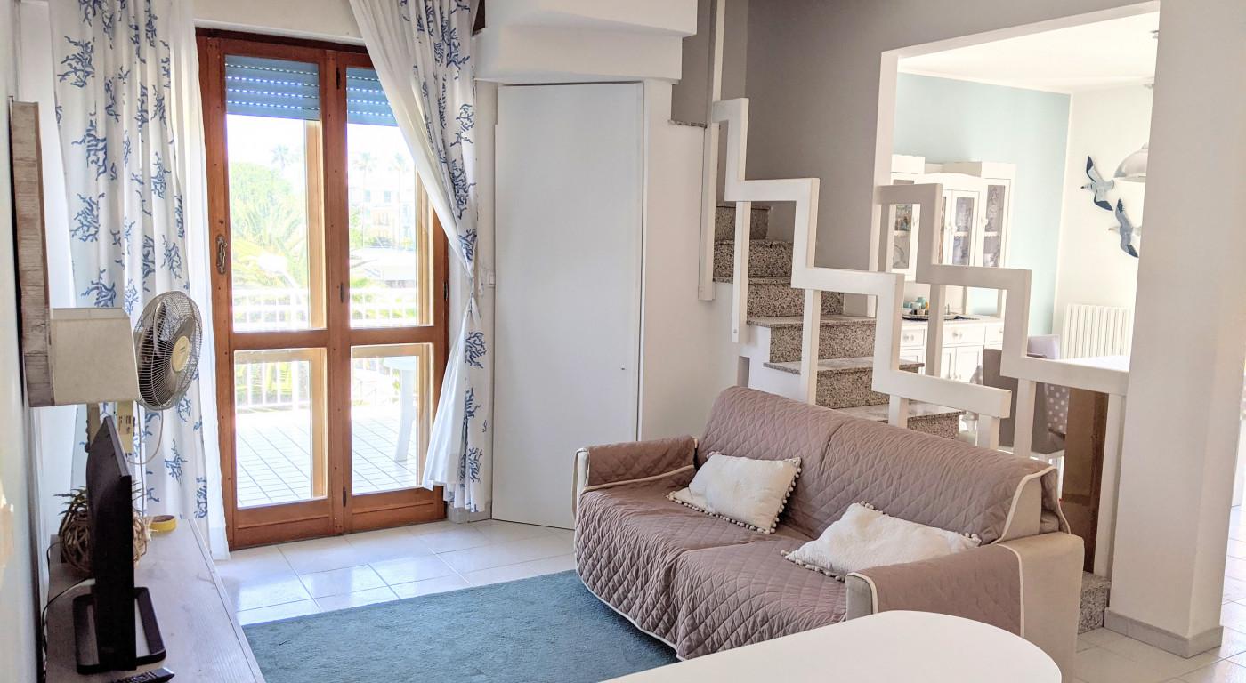 1131 :: Appartamento su due livelli a 30m dal mare con terrazzo abitabile per 6/8 persone